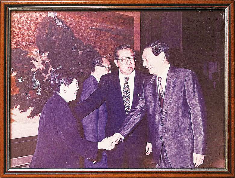 當年一手推動H股上市的李業廣(中)稱,上市由時任副總理的朱鎔基(右)拍板。圖左為蔡陳葆心。(余剛翻攝/大紀元)