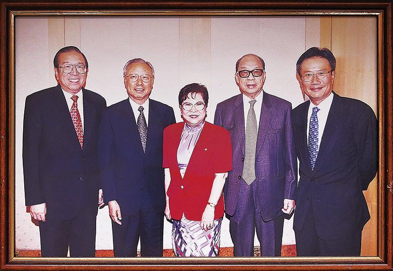 蔡陳葆心(中)先後和4名聯交所主席共事,(左起)李業廣、利漢釗、利國偉和鄭維健。(余剛/大紀元)