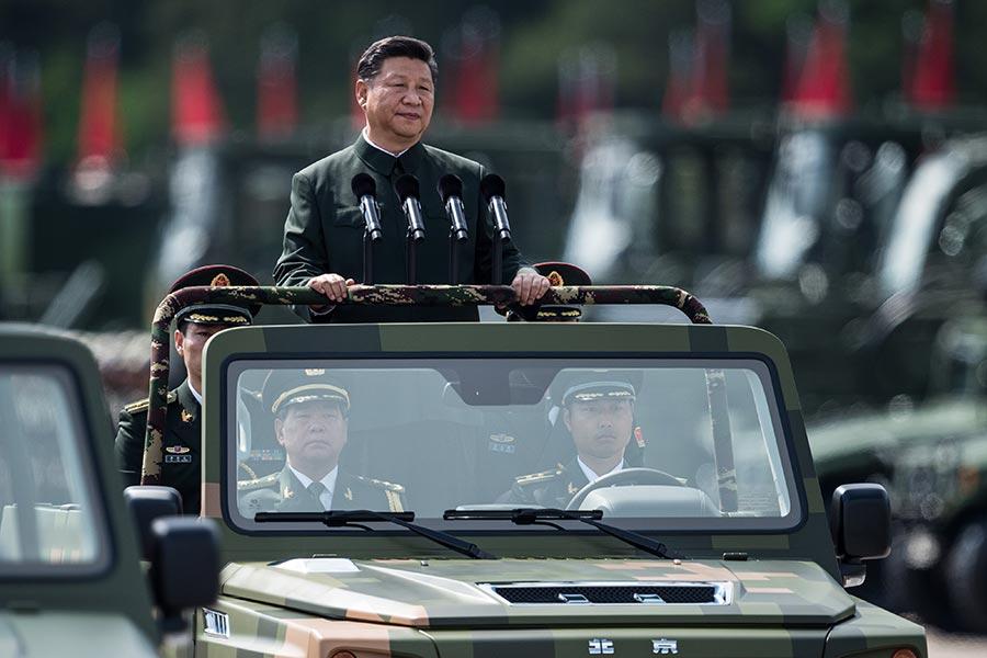 2017年6月30日,國家主席習近平到石崗軍營閱兵。(DALE DE LA REY/AFP/Getty Images)