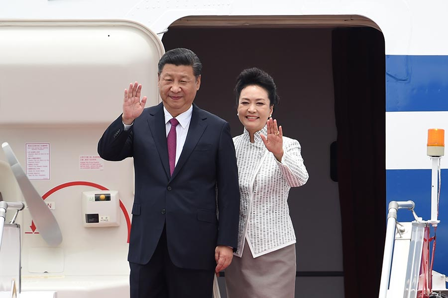 國家主席習近平與夫人彭麗媛步出機艙。(ANTHONY WALLACE/AFP/Getty Images)