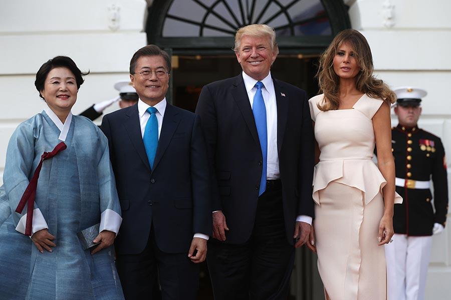 圖為2017年6月29日,美國總統特朗普(右二)在白宮接待來訪的南韓總統文在寅(左二)。(Alex Wong/Getty Images)