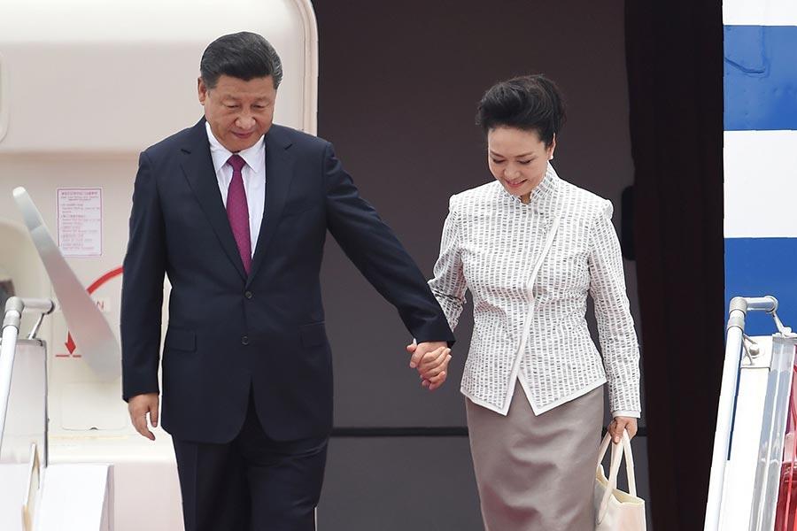 6月29日,習近平抵達香港,開始為期三天的訪問。當天,習訪港時更多安保細節被披露;中共國防部證實航母遼寧艦將赴香港參加軍方慶祝活動。習近平訪港首日期間的一些行程細節及敏感言論,釋放的政治信號令人關注。圖為習近平與夫人彭麗媛步出機艙。(ANTHONY WALLACE/AFP/Getty Images)