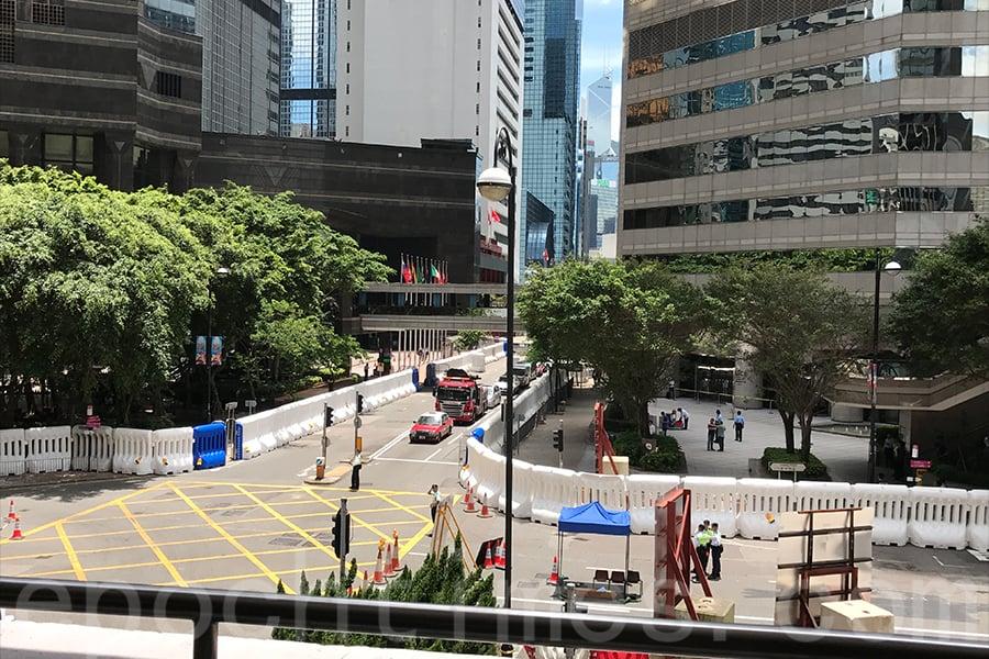 通往會展中心和習近平下榻的酒店門口路口被封。(王文君/大紀元)