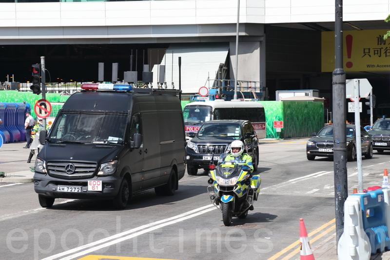 警方安排無線電干擾車(左)在習近平座駕前開路。(李逸/大紀元)