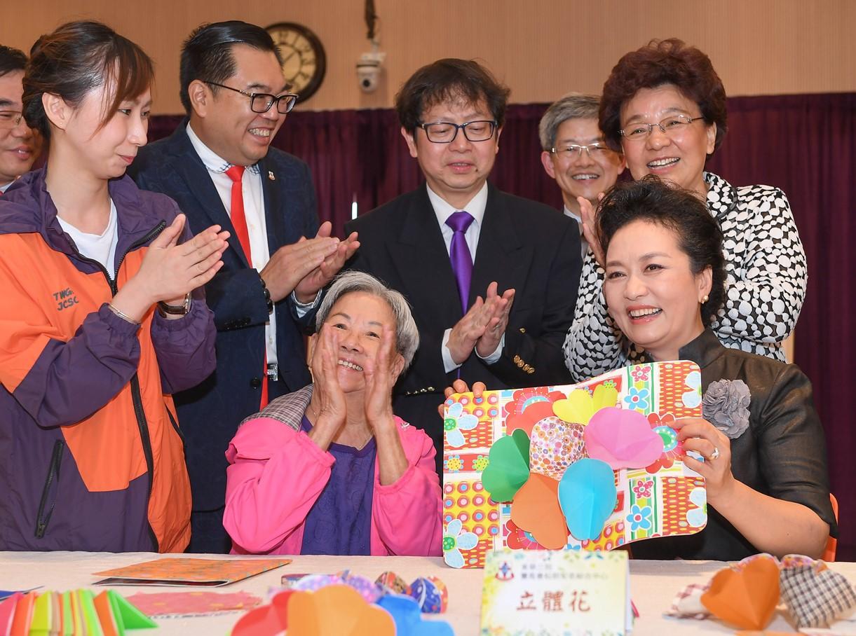 彭麗媛與長者一起製作立體卡。(政府新聞處)