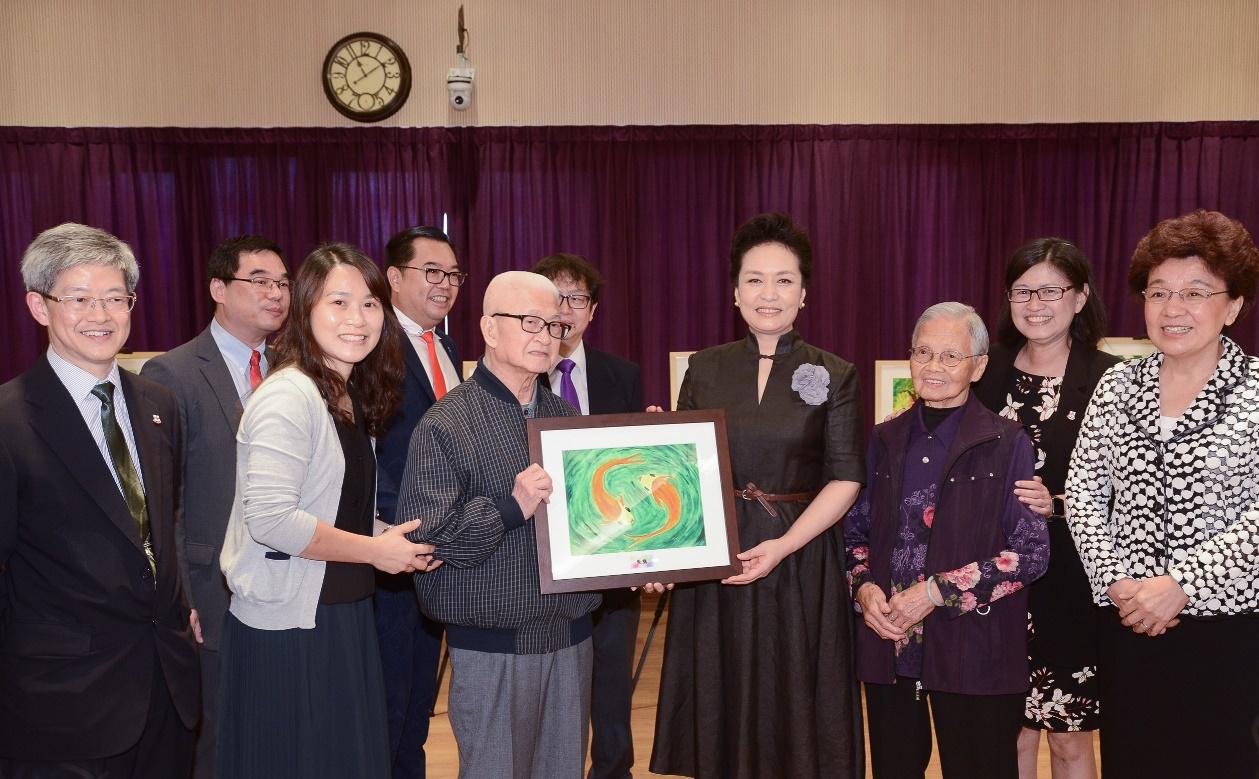 2位長者代表向彭麗媛送上手繪畫作。(政府新聞處)