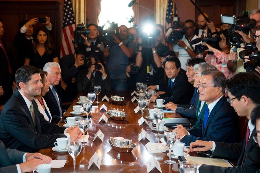 眾議院議長保羅・瑞安(Paul Ryan)與南韓總統文在寅在美國國會山會談。(SAUL LOEB/AFP/Getty Images)
