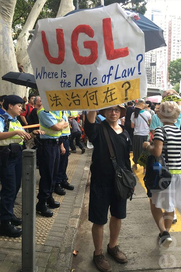 【七一遊行】市民自製橫幅質疑UGL事件:法治何在?