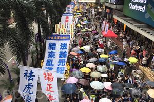 【七一遊行】六萬港人上街抗共 促「法辦梁振英」
