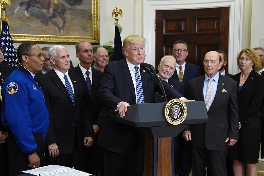 美國總統特朗普30日在白宮簽署行政令,重啟被關閉近25年的國際太空委員會。圖為特朗普與政府及業界領袖在當天的簽字儀式上。(Olivier Douliery-Pool/Getty Images)