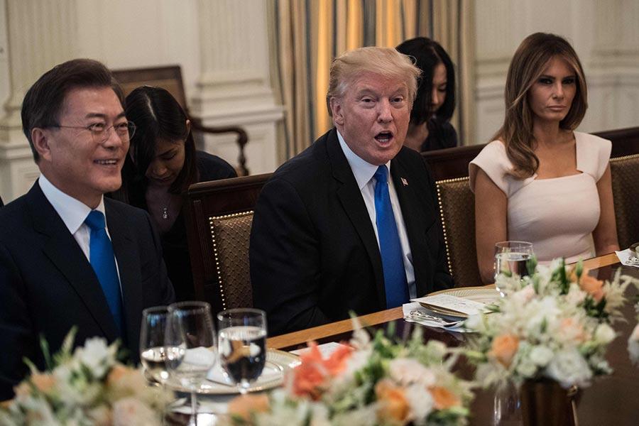美國總統特朗普於當地時間周四(29日)晚上在白宮設宴歡迎到訪的南韓總統文在寅夫婦,晚宴主菜為韓國拌飯。(AFP PHOTO / NICHOLAS KAMM)