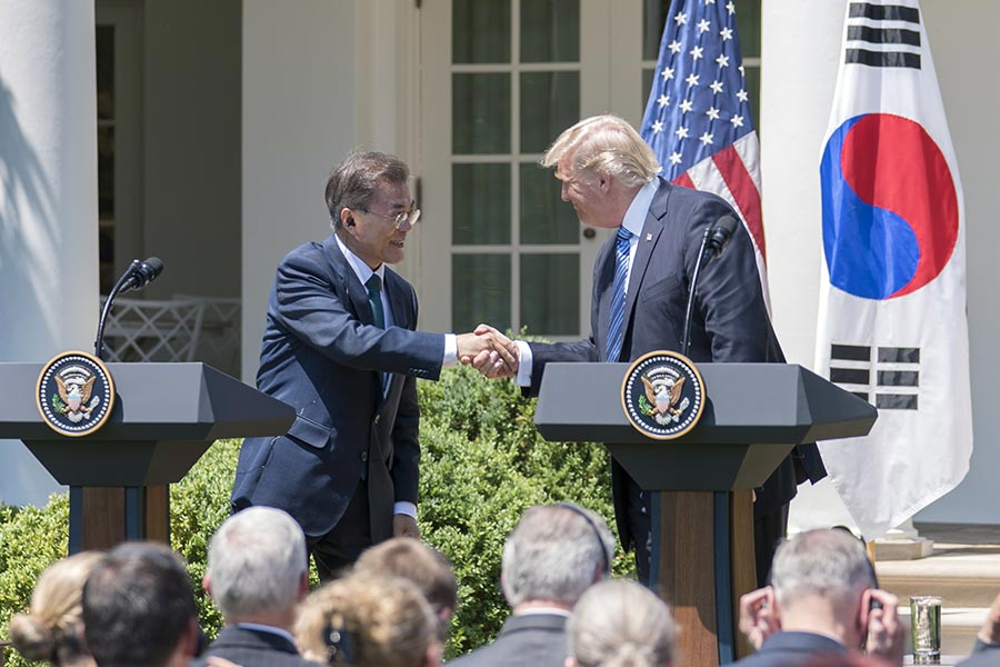 南韓總統文在寅訪美時表示,將與特朗普通力合作;解決北韓問題是兩國的頭號優先合作目標。特朗普政府放話正在準備對付北韓的軍事方案。同一時間,美國制裁具有江派背景的、支持北韓的丹東銀行等中國公司與個人。習近平當局則加強東北邊境的軍事部署,並升級針對北韓的經濟制裁。圖為6月30日,美國總統特朗普與南韓總統文在白宮發表聯合聲明。(石青雲/大紀元)