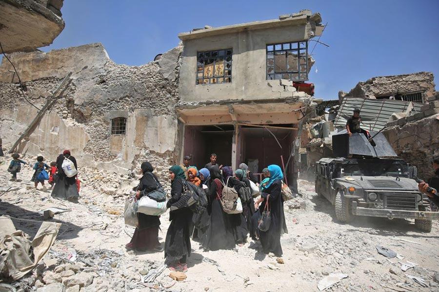 6月29日伊軍進入摩蘇爾中心的IS的發源地、 至少有800年歷史的努里大清真寺。伊拉克總理宣佈所謂「哈里發」國家滅亡。圖為逃離的伊拉克平民。(AHMAD AL-RUBAYE/AFP/Getty Images)