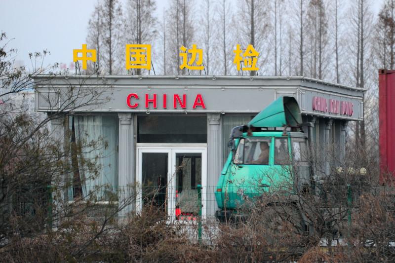 韓媒披露,由於大米庫存見底,北京也停止糧食出口並嚴控邊境走私,近期北韓米價高漲;北韓底層民眾生活困難,民怨或爆發。圖為中朝邊境的邊檢站。(FREDERIC J. BROWN/AFP/Getty Images)