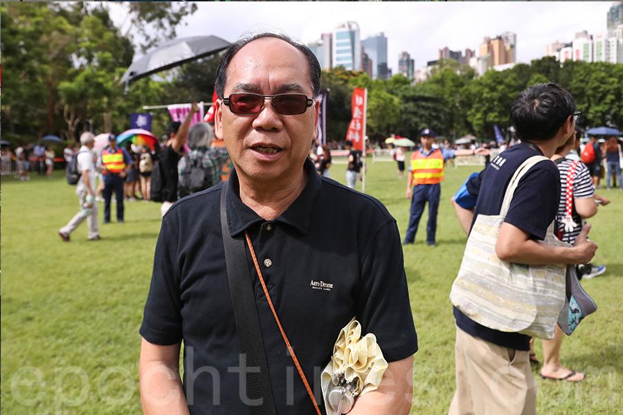 香港七一大遊行下午3時正式出發,有市民大讚法輪功學員隊伍壯觀。(余鋼/大紀元)
