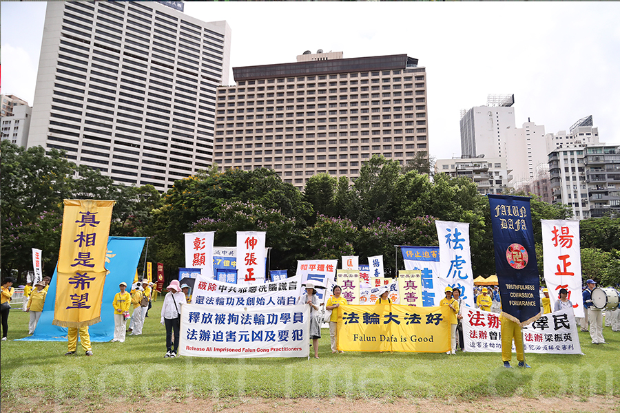 香港7.1大遊行下午3時正式出發,法輪功學員在維園等候出發。(余鋼/大紀元)