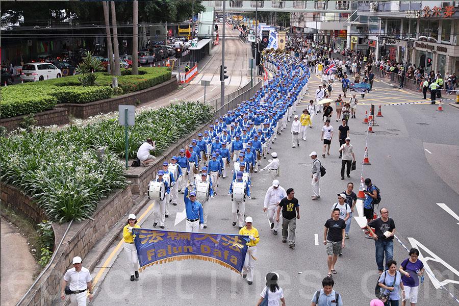 香港7.1大遊行下午3時正式出發,法輪功學員隊伍氣勢浩蕩。(余鋼/大紀元)