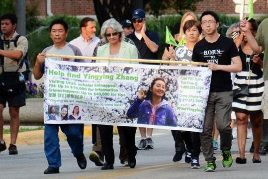 在警方公佈相信章瑩穎遇害的6月30日前一天的29日,章瑩穎的家人參加了支持瑩穎的步行活動。持橫幅者左一為章瑩穎的父親章榮高,右一為男友侯霄霖,旁邊持綠旗者為小姨葉麗欽。(尋找瑩穎Facebook)