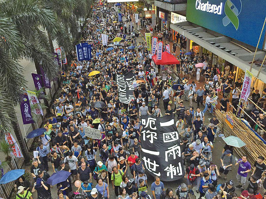 今年7.1遊行,民眾打出巨型橫幅「一國兩制呃你一世」。(李逸/大紀元)