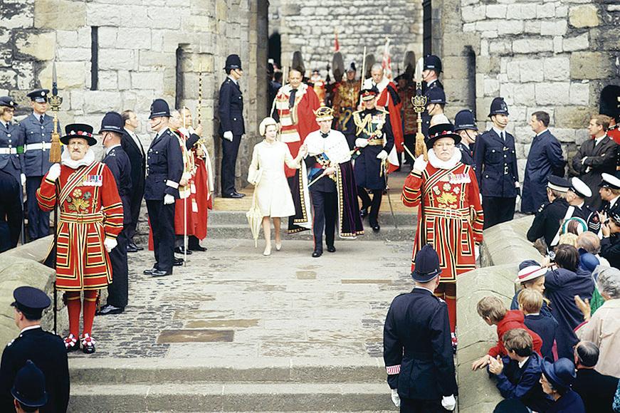 當年英國女王伊利沙伯二世在卡那封城堡內為查理斯王子舉行受封儀式。(網絡圖片)