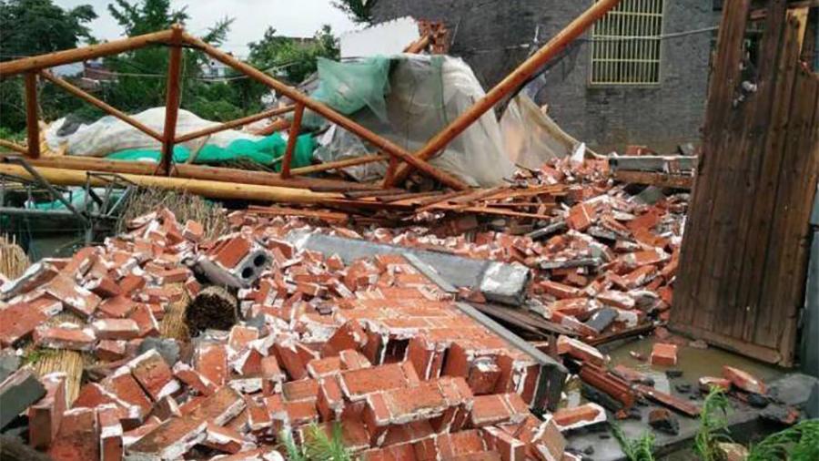 7月2日,江蘇東台市富安鎮、弶港鎮、許河鎮7個村遭受不同程度的龍捲風襲擊,致多人不同程度受傷。(視像擷圖)