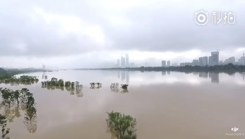 圖為長沙嶽麓山風景名勝區橘子洲景區將近被洪水淹沒。(視像擷圖)