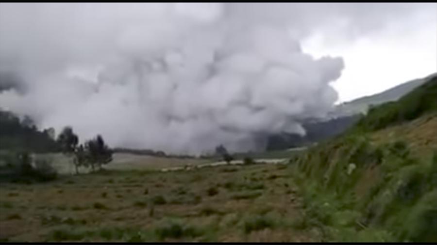 印尼中爪哇省一座火山周日(2日)上午突然噴發,造成多人傷亡。(視像擷圖)
