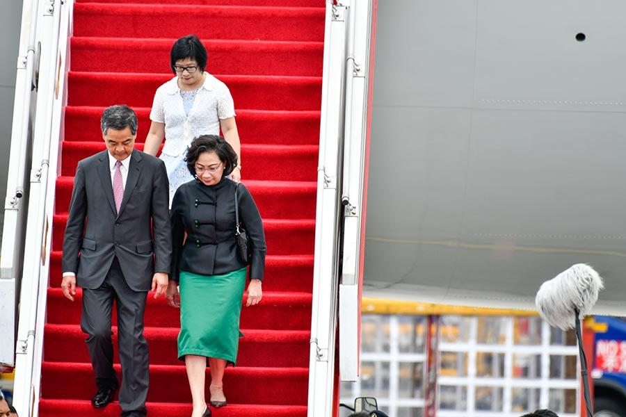 6月29日中午12時,習近平訪港專機到達香港。香港特首梁振英與夫人梁唐青儀,以及候任特首林鄭月娥均到場迎接。習近平專機機門打開後,梁振英和夫人先進入機艙,但逗留僅40秒就走下飛機。(Keith Tsuji/Getty Images)
