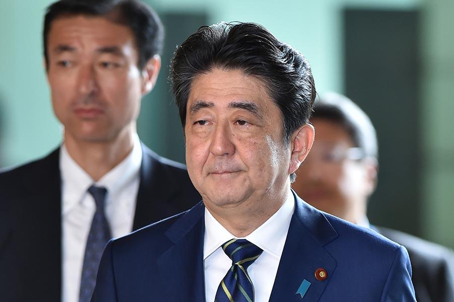 日本首相安倍晉三率領的自民黨在東京都議員選舉大敗,他今天表示,必須真切地接受民眾對自民黨執政近5年的批判,全力以赴回到當初贏得政權的初心。(KAZUHIRO NOGI/AFP/Getty Images)