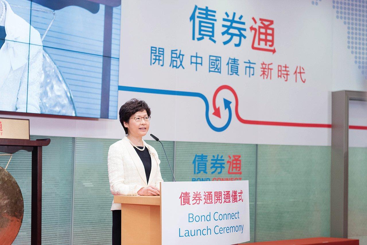 香港新任特首林鄭月娥為債券通開通儀式擔任主禮嘉賓。林鄭表示,「債券通」開通後,會密切留意計劃運作情況,適時研究擴展「南向通」。(港交所提供)