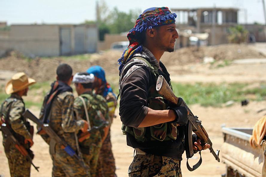 正在進入拉卡市的敘利亞民主力量聯合部隊士兵,開始圍捕IS極端組織頑強抵抗的殘餘2,500名成員。(AFP)