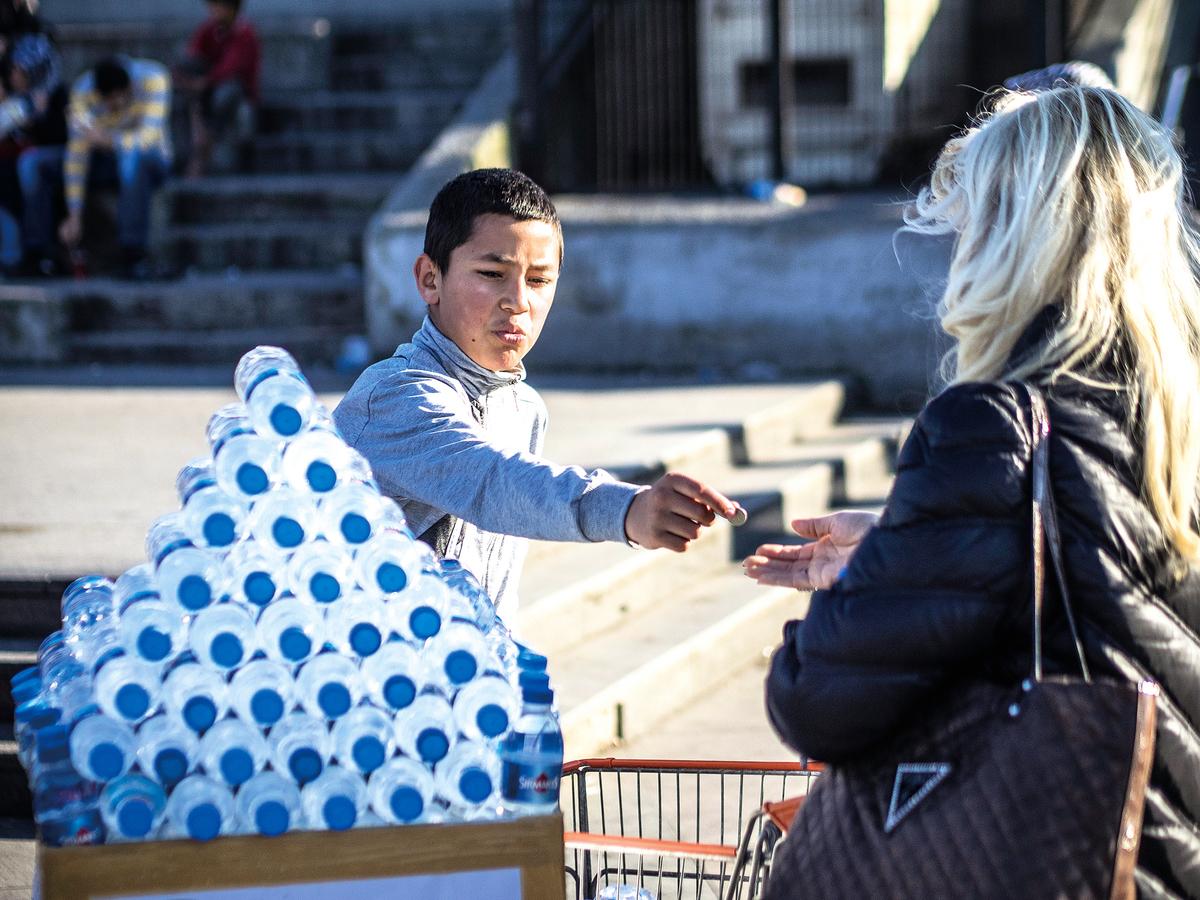 每分鐘,全世界就有100萬個塑膠瓶被賣掉,2021年前,這個數字甚至還會增加二成。環保人士推測,塑膠瓶帶來的環境危機,有天會和氣候變遷威脅一樣嚴重。(維基百科)