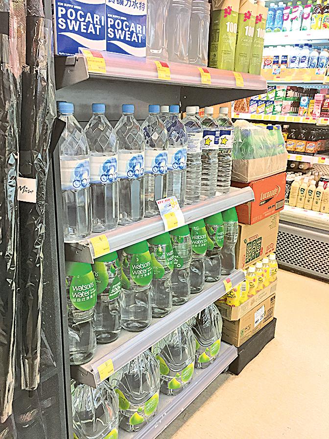 本月1日起,港大校內的超市已停售1公升以下的即棄膠樽水。(曾蓮/大紀元)