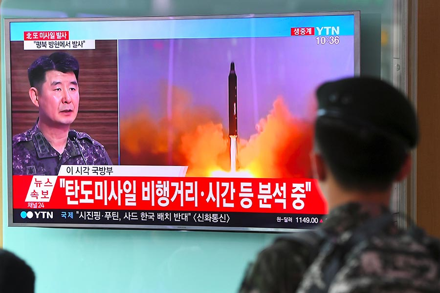 圖為7月4日,南韓士兵在看北韓早上發射導彈的電視新聞報道。(JUNG YEON-JE/AFP/Getty Images)