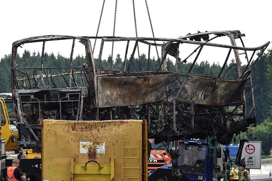 德國時間7月3日早上7時左右,德國南部高速公路A9上發生嚴重交通事故,一輛旅遊大巴撞上載重車後起火,整輛車燒得只剩骨架。18人遇難,30人受傷。(CHRISTOF STACHE/AFP/Getty Images)