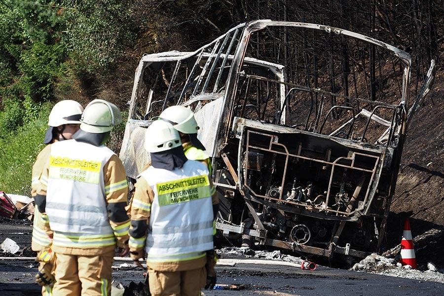 德國時間7月3日早上7時左右,德國南部高速公路A9上發生嚴重交通事故,一輛旅遊大巴撞上載重車後起火,整輛車燒得只剩骨架。18人遇難,30人受傷。(NICOLAS ARMER/AFP/Getty Images)
