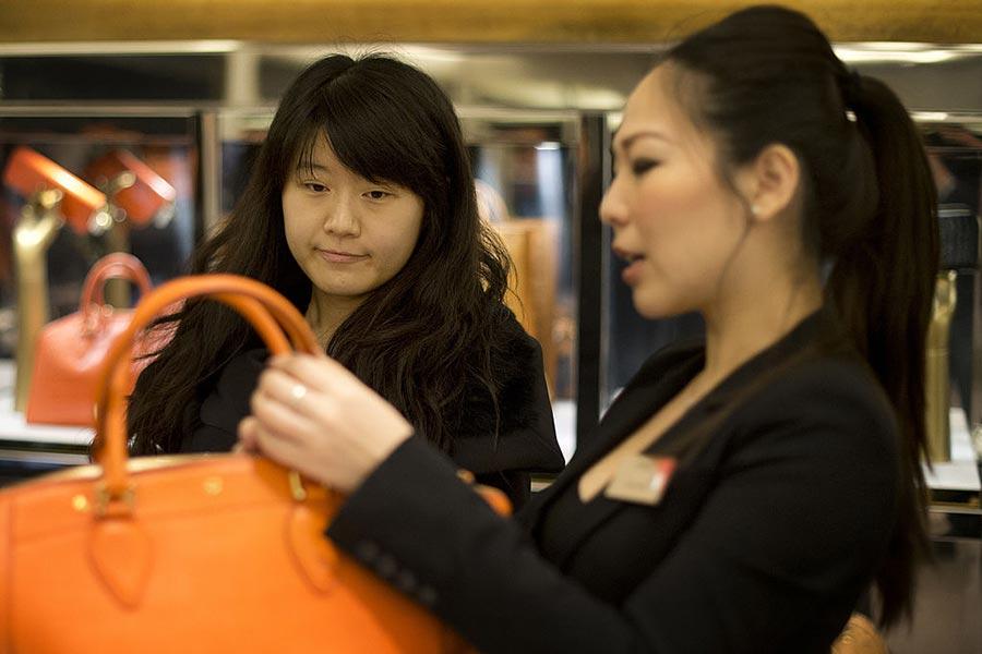 英國時尚品牌博柏利(Burberry)在倫敦攝政大街上的旗艦店裏,有七成的顧客是來自中國的遊客。位於騎士橋的一家高檔百貨商店為了方便中國遊客,專門配有廣東話和普通話的工作人員。(BEN STANSALL/AFP/Getty Images)
