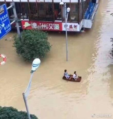 廣西洪災造成9個城市逾39萬人受災。官報數據顯示,已有10人死亡、12人失蹤。圖為民眾劃自製小船出行。(網絡圖片)