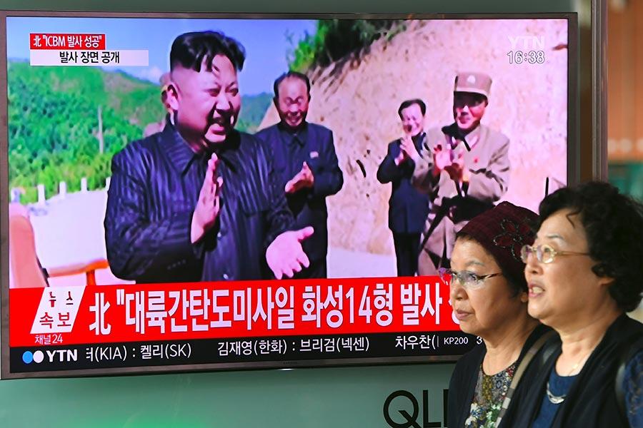 2017年7月4日,金正恩政權聲稱成功發射洲際導彈,引起國際社會一片反彈。(JUNG YEON-JE/AFP/Getty Images)