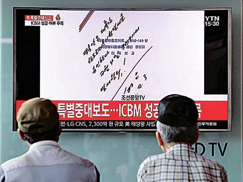 北韓官方發放領導人金正恩指示試射導彈的親筆命令。(Getty Images)