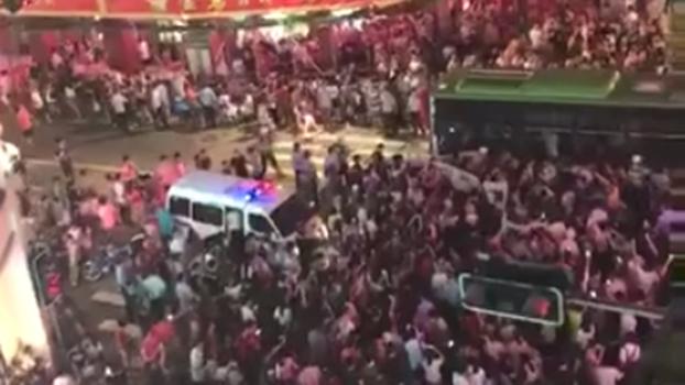 廈門7月2日晚爆發大規模廈門大學教師遊行,當局派出大批警察戒備。(RFA)