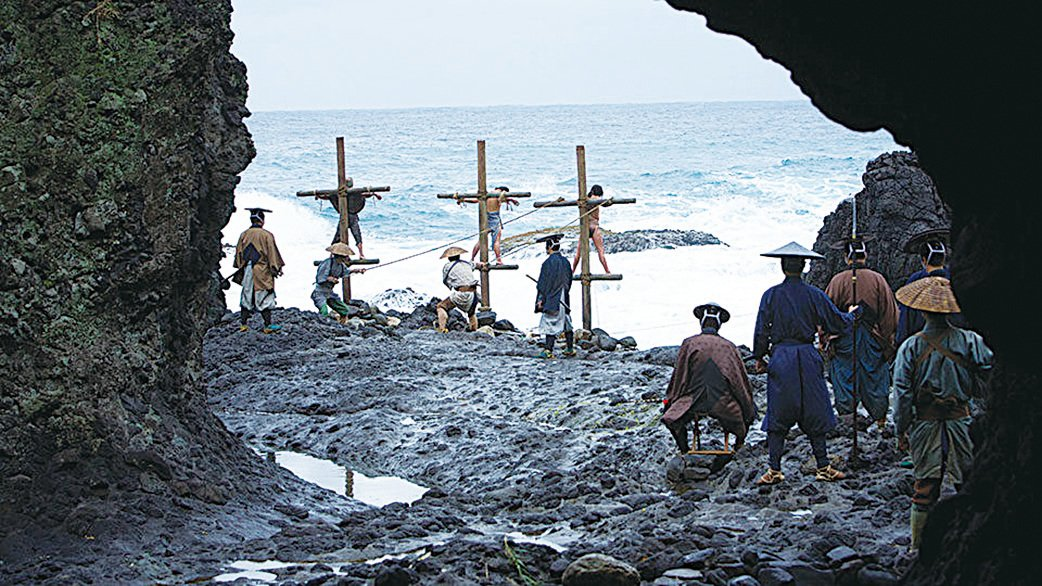 電影《沉默》中,幕府的武士抓到基督徒之後,把他們綁到立在海水裏的十字架上,海水漲潮的時候,這些人就都被活活淹死了。(網絡圖片)