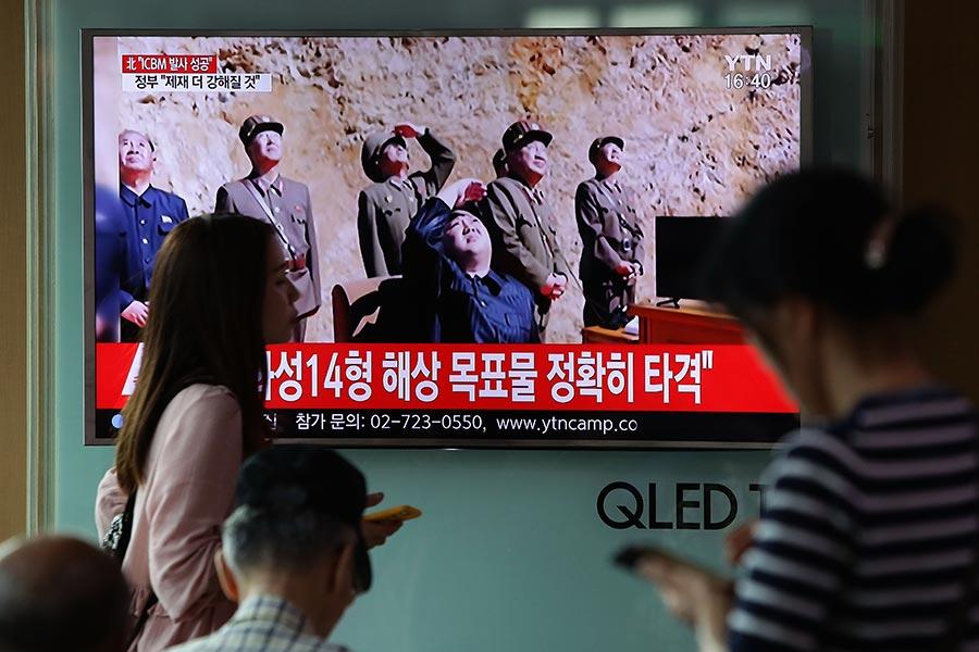 美國證實北韓周二(7月4日)上午試射的導彈是洲際彈道導彈。圖為南韓民眾觀看平壤試射導彈的報道。(Chung Sung-Jun/Getty Images)