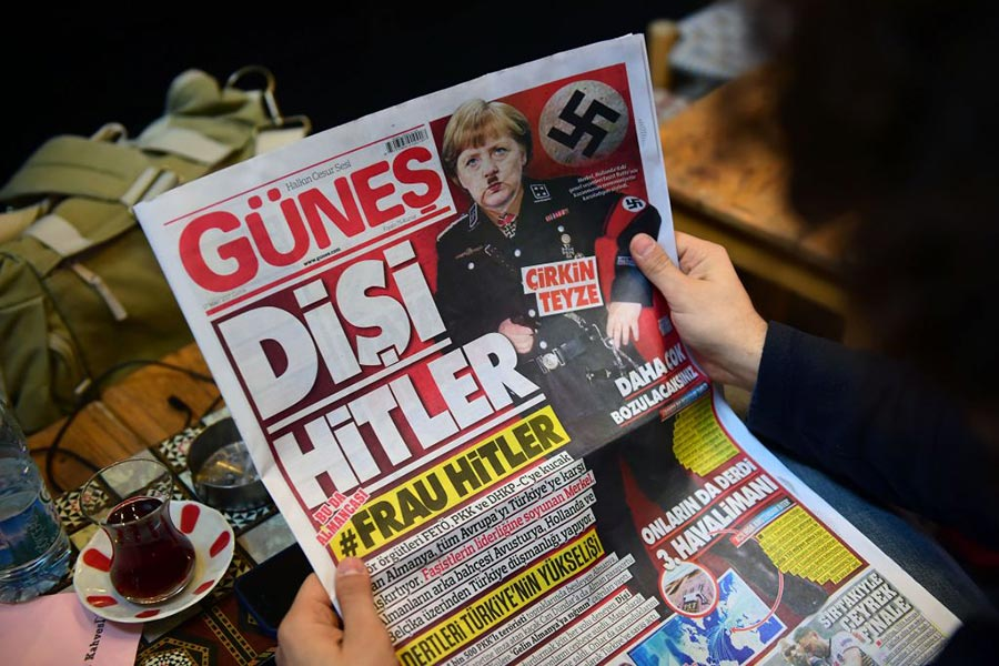 2017年3月,土耳其一家親政府的日報將德國總理默克爾比作希特勒。(YASIN AKGUL/AFP/Getty Images)