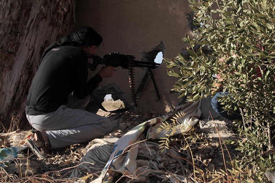 美國支持的敘利亞民主力量(SDF)在試圖收復拉卡的戰鬥中,已經突破拉卡老城區的城牆。(MOHAMMED ABDUL AZIZ/AFP/Getty Images)