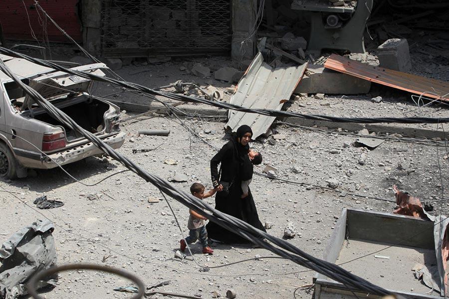 摩蘇爾的一名軍官表示,在戰爭地帶生活的平民已經大大影響了軍隊打擊IS的進展。(AHMAD AL-RUBAYE/AFP/Getty Images)