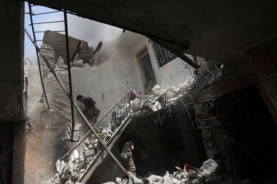 摩蘇爾市中心狹窄的巷道裏有很多平民居住,IS武裝份子在那裏部署了多個爆炸裝置。(AHMAD AL-RUBAYE/AFP/Getty Images)