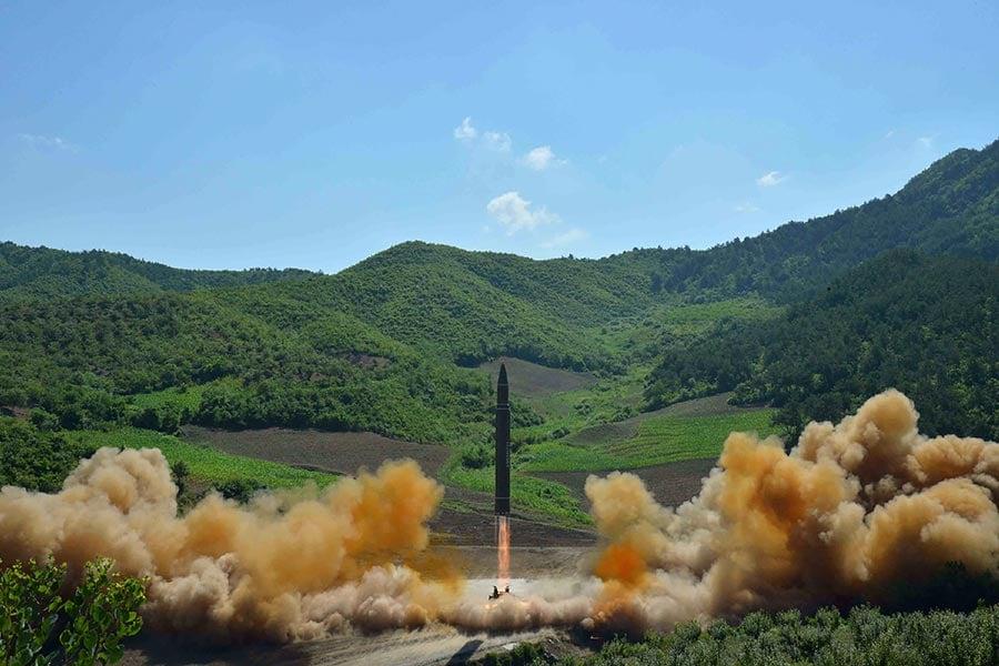 圖為7月4日上午,北韓首次對洲際彈道導彈(ICBM)進行了測試,並宣稱這個導彈可以到達「世界上的任何地方」。(STR/AFP/Getty Images)