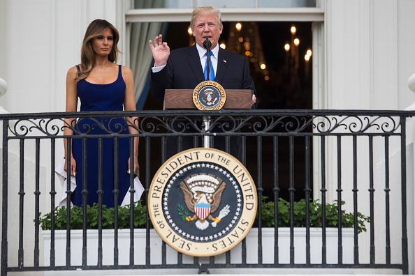 7月4日,美國總統特朗普在白宮舉辦野餐會宴請美軍家庭,慶祝美國獨立日,並在陽台上發表講話。(Zach Gibson/Getty Images)
