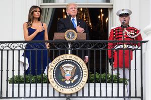 特朗普夫婦首次在白宮慶獨立日 宴請美軍家庭